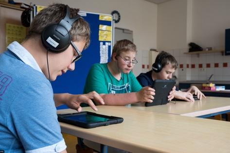Schüler im Unterricht mit Tablets